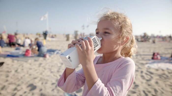 牛乳を飲む女の子