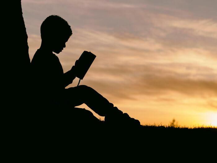 少年絵本を読む