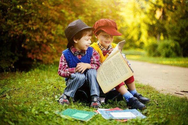 男の子二人が絵本を読んでいる