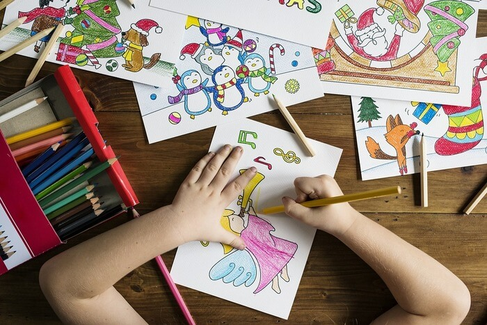 絵を描く手